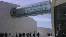 Un elegante ponte in vetro nel centro ricerche beneficia dell'interstrato ad alte prestazioni DuPont™ SentryGlas®