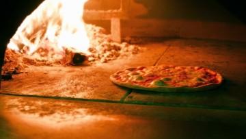 Se il condomino è una pizzeria (con autorizzazioni), la molestia olfattiva è reato?
