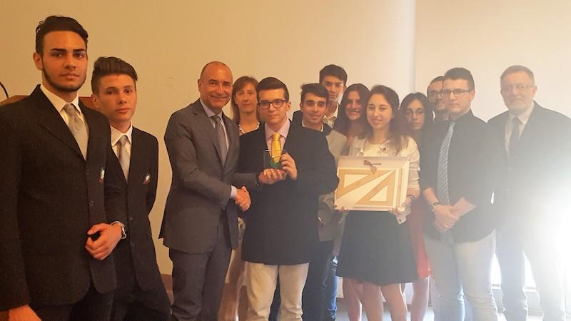 Il consigliere Cngegl Marco Nardini premia i vincitori del concorso