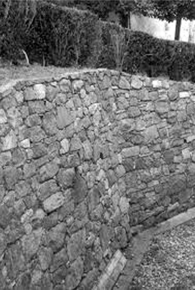 Muro di contenimento del terrapieno che aderisce alla parete naturale